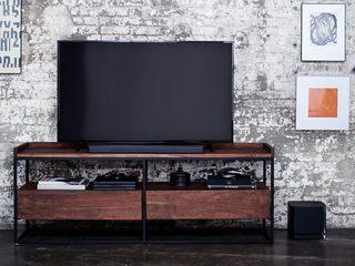 Bose Soundbar 500 mit einem Fernsehgerät und dem Bose Bass Module 500