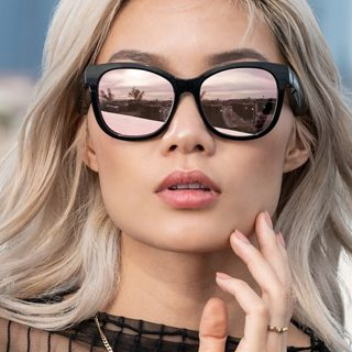 Woman wearing Mirrored Rose Gold lenses