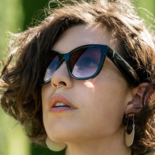 Woman wearing Bose Frames Soprano with Purple Fade lenses
