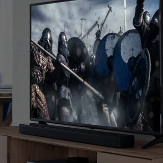 Televisor con una barra de sonido Bose