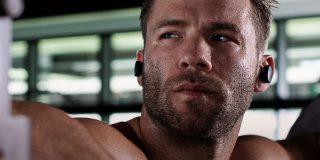 Спортист тренира, докато носи бод спортни слушалки