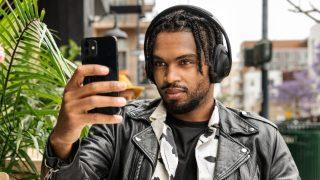 Hombre durante una llamada mientras utiliza los audífonos Bose Noise Cancelling Headphones 700