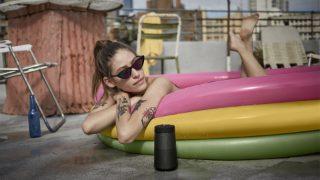 Altavoz Bluetooth SoundLink Revolve II en el exterior junto a una piscina hinchable