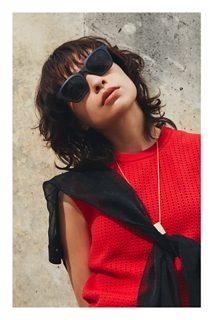 Người phụ nữ đeo Kính mát nghe nhạc Bose Frames Alto