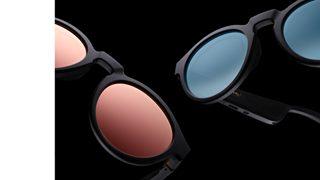 Mắt kính nghe nhạc Bose Frames Rondo hiển thị với tròng kính màu vàng hồng phản chiếu và xanh gradient